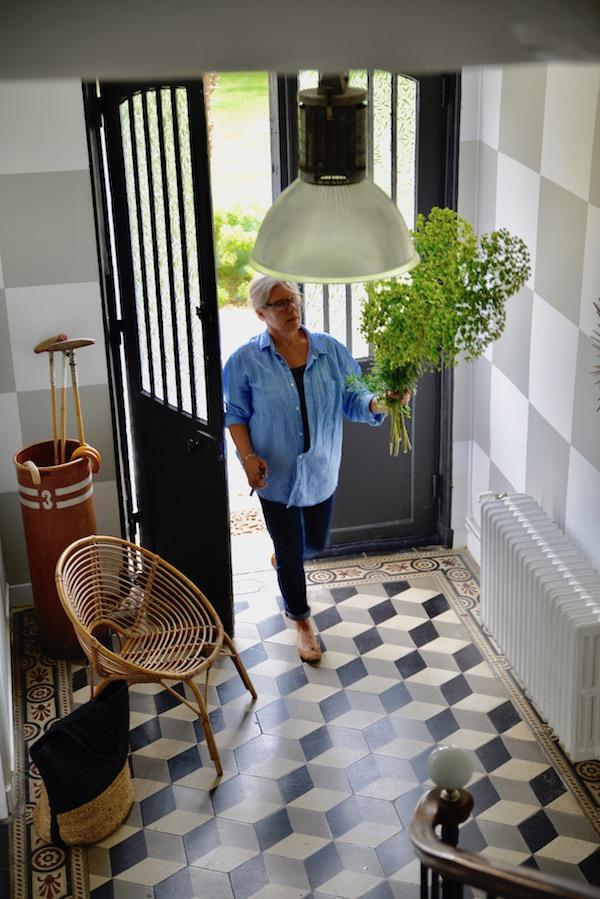 guest and house La maison et l'atelier picking flowers