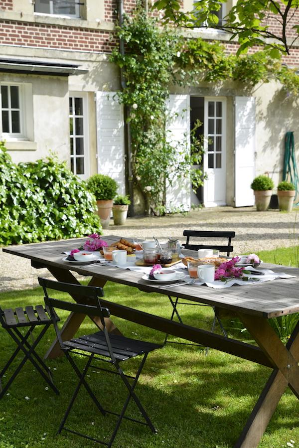 v breakfast in the garden