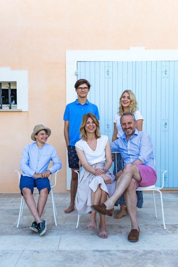 family of 5 posing for portrait