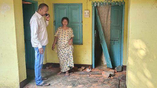 Jamshedpur-crime : घर के पीछे युवक-युवती कर रहे थे अश्लील हरकत, विरोध करने  पर घर में घुसकर किया तोड़फोड़, नकद समेत पांच लाख से अधिक के सामान की कर ली  ...