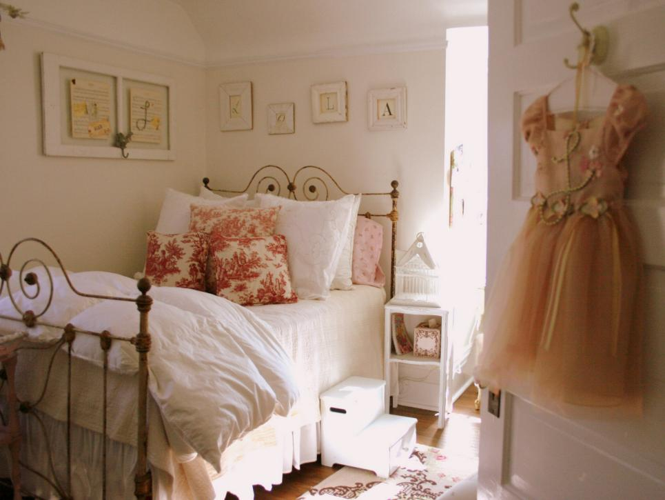 Best 33 Cute And Simple Shabby Chic Bedroom Decorating Ideas This Month