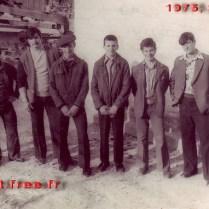 1975 г. На автостанции Шатоя перед выездом на республиканские соревнования. Слева направо: Мовта Алисултанов, Хамзат Ахмадов, Бауд Ахмадов (тренер), Астемир Мурдалов, Кюри Ахмадов, Ваха Элембаев, Абуязид Лабазанов, Руман Магомадов.