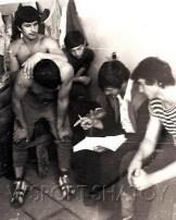 1977 год. Абуязид Лабазанов (крайний справа); Руслан Бекбулатов (в наклоне); Руслан Дацаев (в темной футболке); Мовлади Абдулаев (крайний слева)