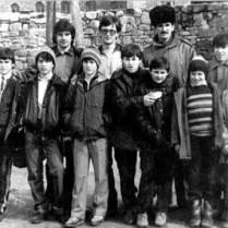 Команда Шатоя перед выездом на соревнования. 1987 год. Слева направо: Бислан Хутаев, Рамзан Мадаев, Роберт Окуев, Шото Гугаев, Зураб Хасиев, Аслан Хутаев, Лема Алиев, Сайпудин Мадаев. Второй ряд: Мовлади Абдулаев, Арби Макалов, Кюри Ахмадов