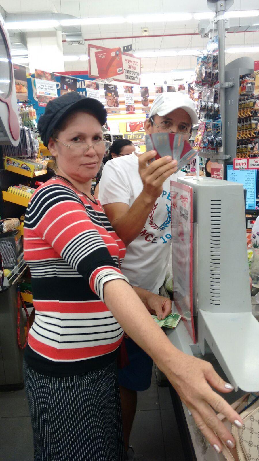 Żydowscy emigranci z Kolumbii w Izraelu cieszą się swoimi bonami na zakupy