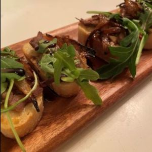Horseradish Steak Crostini