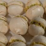 Meringue kisses with caramelised white chocolate ganache