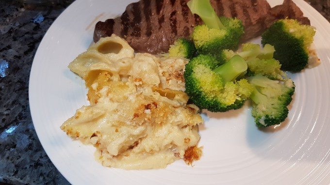 Macaroni cheese with steak and brocolli / she-eats.com