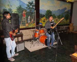 Live musik in our new favorite restaurant Fusion J&B - we enjoy the musik and at the end we even dare to dance