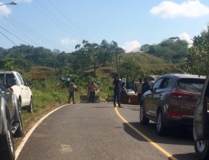 the road is blocked between Portobello and Puerto Lindo - apperently the new marina in Linton Bay is the reason that the villagers dont get enough water any more...