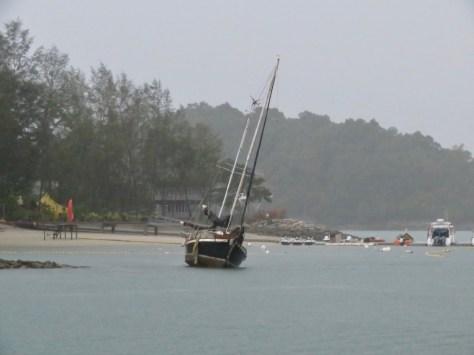 Yacht Huia ist auf der Insel vom Paradise 101 gestrandet