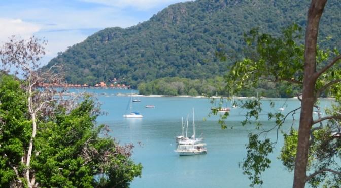 Blick auf die SHE SAN in der Bucht von Telaga