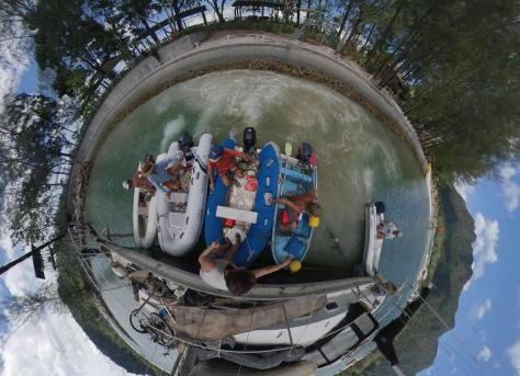 5 Dinghies dampfen mit Vollgas gegen die Yacht