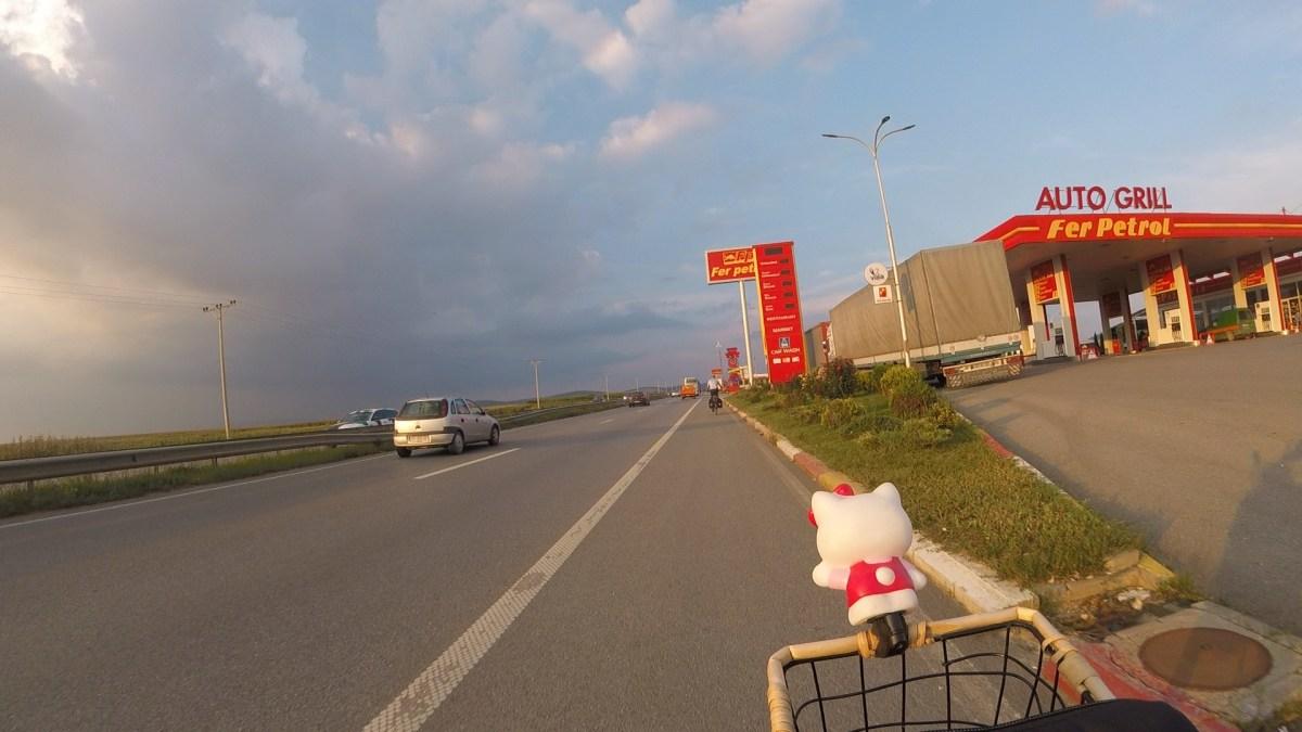 Auf der Schnellstrasse Richtung Pristina: Wir fahren auf dem Pannenstreifen.