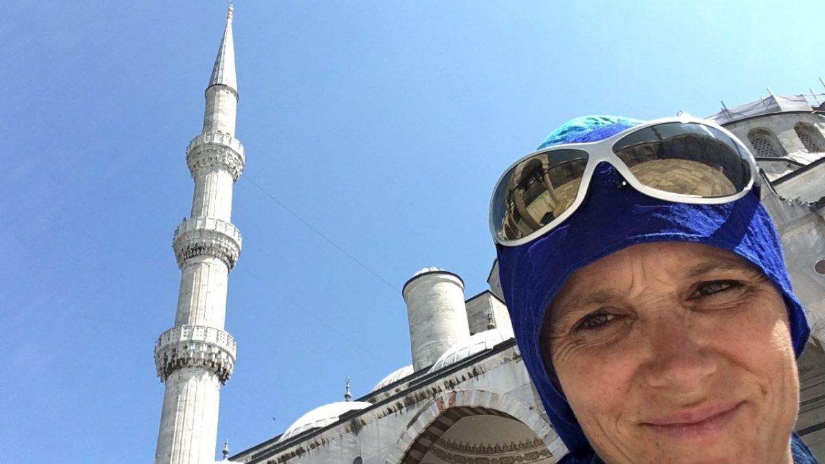 Zum ersten Mal Kopftuchzwang: Besuch der Blauen Moschee in Istanbul. (Bild: Andrea Freiermuth)