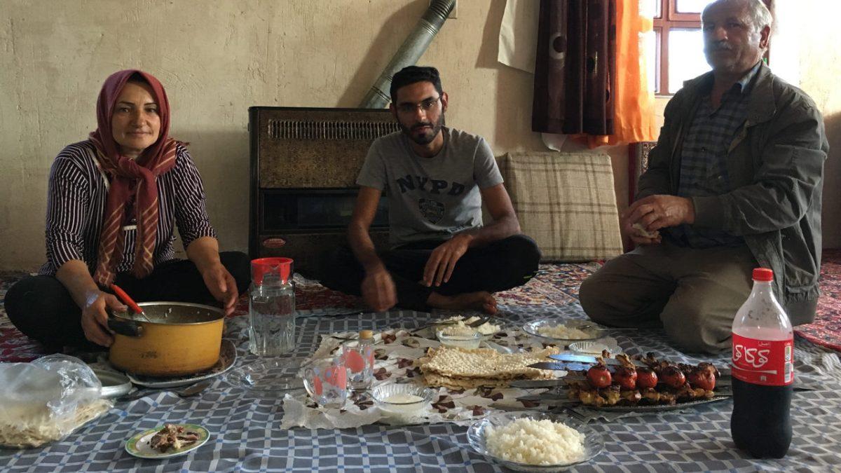 Bei Sinas Verwandten Hadithe und Zafar essen wir traditionell, auf dem Teppich. (Bild: Andrea Freiermuth)