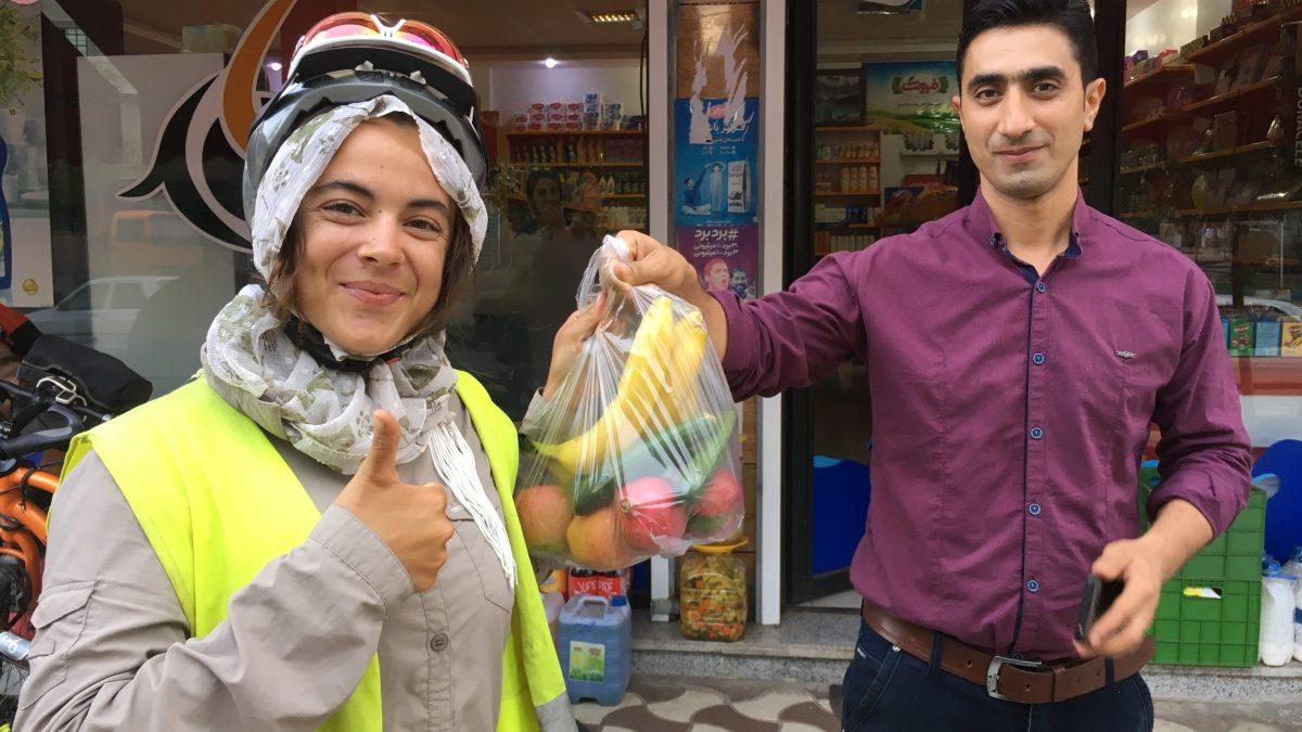 Ein Ladenbesitzer beschenkt Magda mit Früchten: Zuvor hat er schon das Geld für das alkoholfreie Bier, das wir kaufen wollten, zurückgewiesen. Und nach diesem Foto steckte er uns noch Schokolade zu... (Bild: Andrea Freiermuth)
