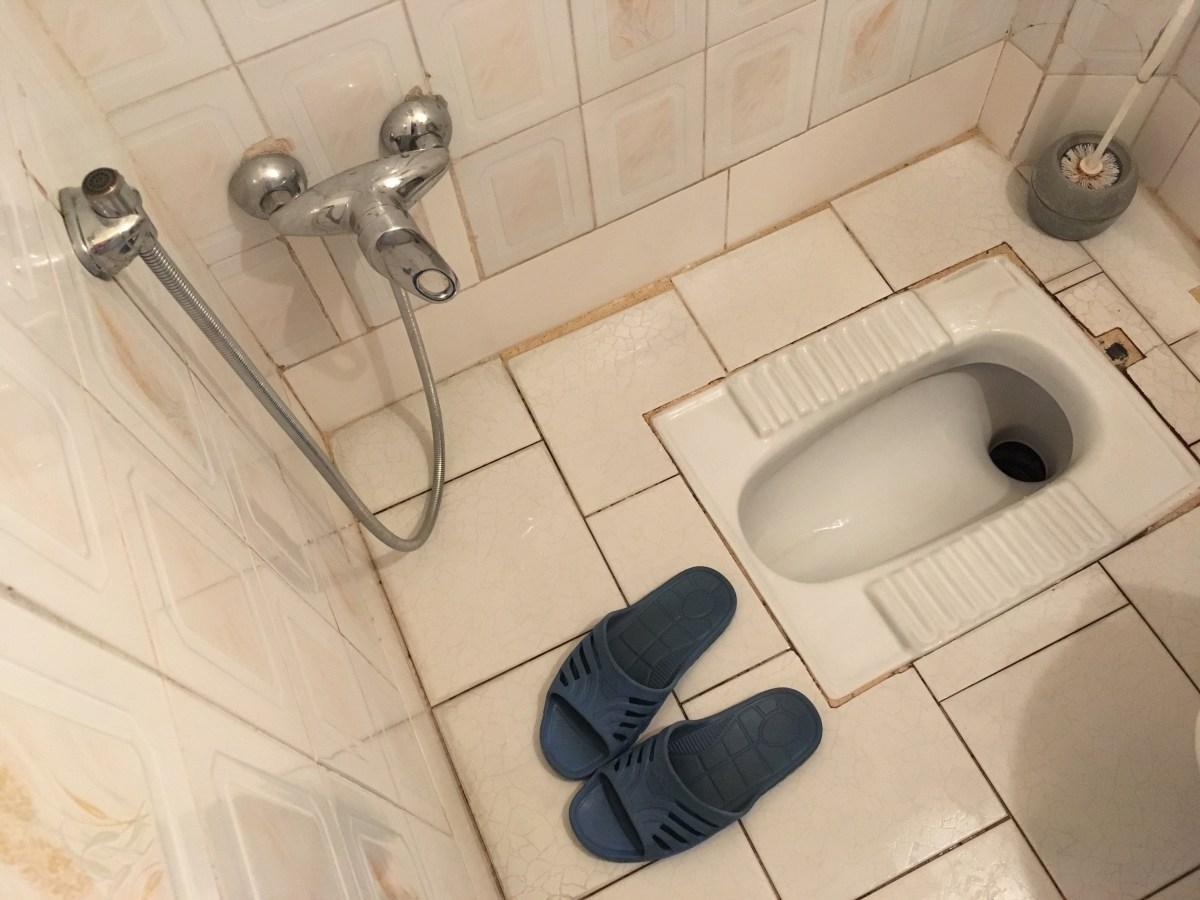 Auf die Toilette geht man im iranischen Heim mit Plastikfinken. Aber aufgepasst: Die dürfen beim Verlassen des stillen Örtchens nicht mit. (Bild: Andrea Freiermuth)