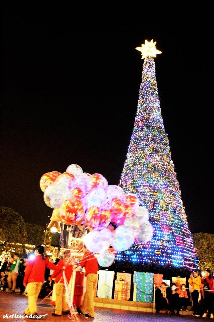 Hongkong Disneyland Rangers and Christmas tree
