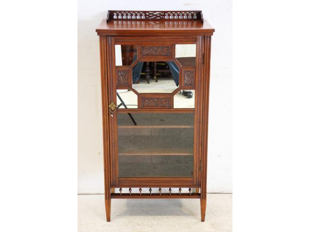 前面に小さな鏡が美しく並んだ個性的な英国製アンティークの楽譜を入れるための家具