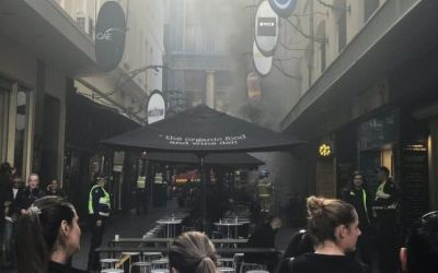 (English) Cafe strip patrons and library evacuated due to fire in Degraves Street