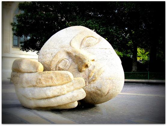 Henri de Miller's iconic monumental sculpture Ecoute (Listen)