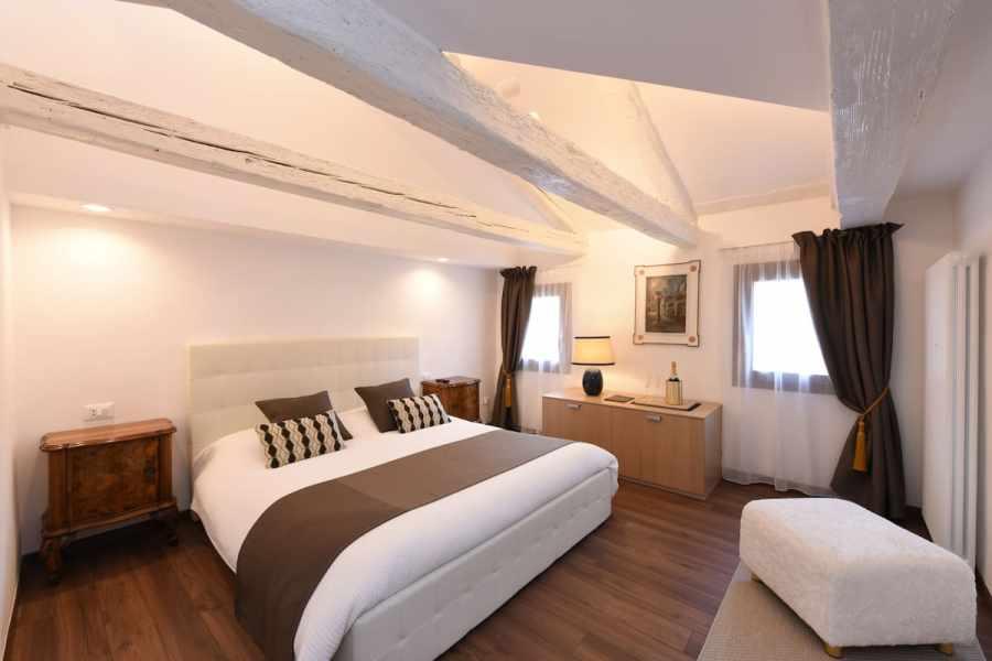 Modern Apartment with Venetian Views