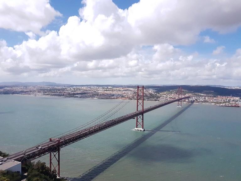 """n meinem Bild sieht man die """"Ponte 25 de Abril"""" bei schönstem April Wetter. Das Bild zeigt für mich die Freiheit welche man in einer Stadt wie Lissabon haben kann. Die Freiheit wird durch den weiten Blick und der Brücke, welche über das Meer führt noch verstärkt und zeigt in meinen Augen eine Brücke in die Freiheit."""