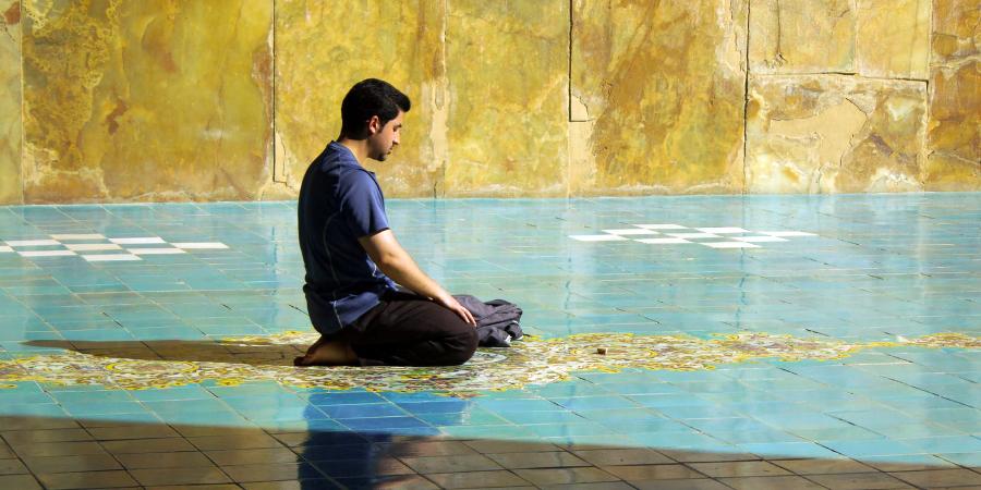 Иранский шиит читает намаз в мечети
