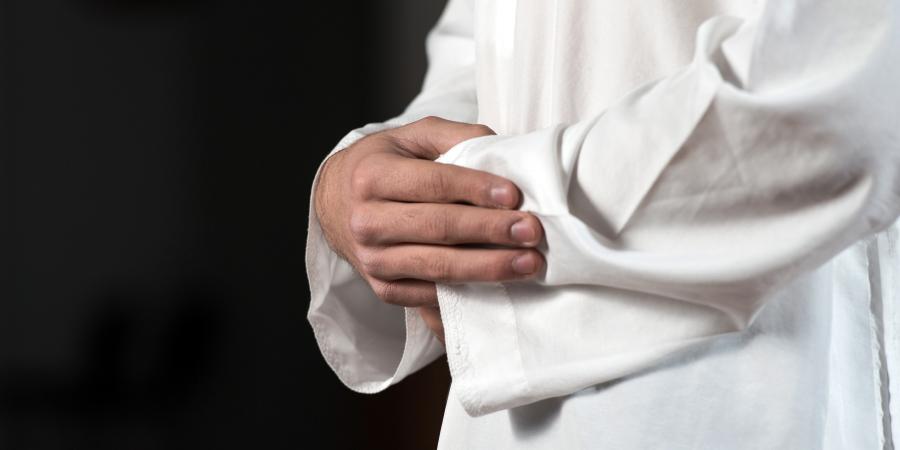 Суннит, читающий намаз со скрещенными руками