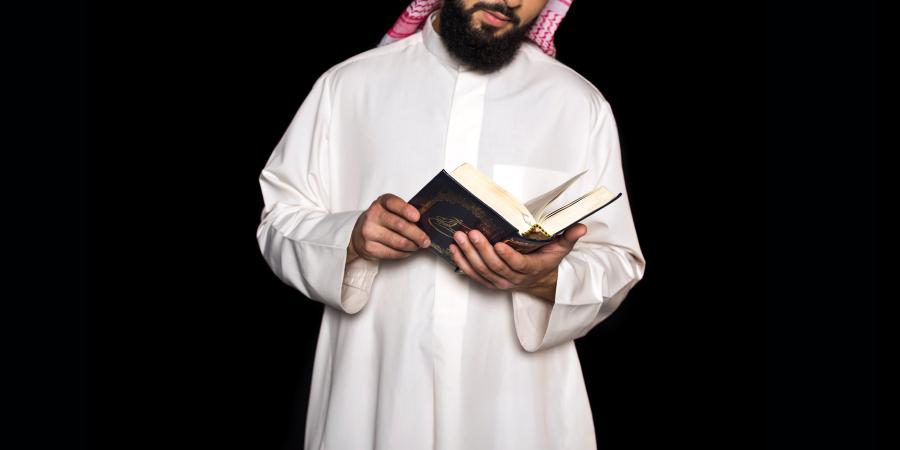 Араб, читающий Коран