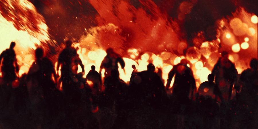 Толпа людей на фоне стены огня
