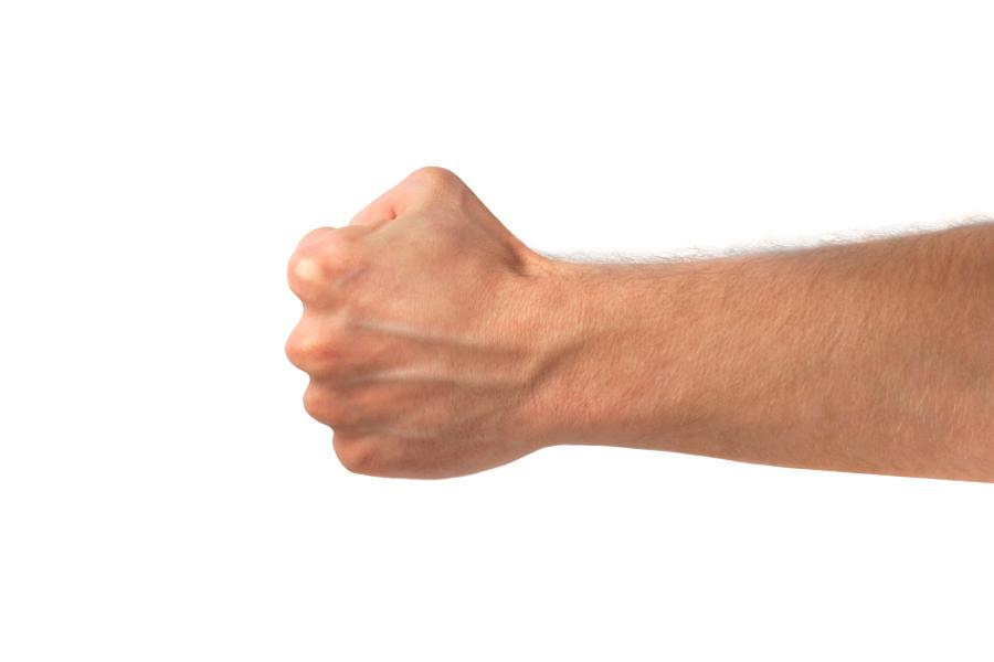 Мужская рука, сжатая в кулак
