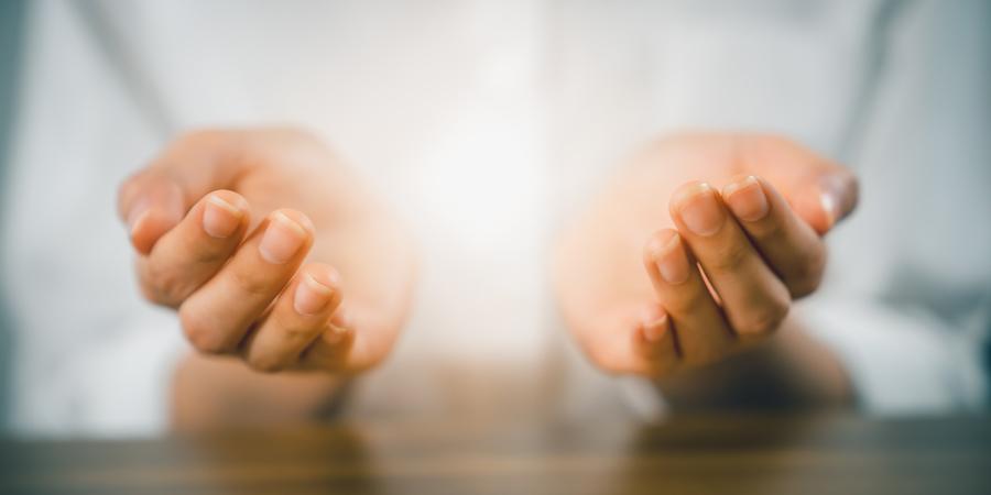 Ухоженные руки, сложенные в молитве