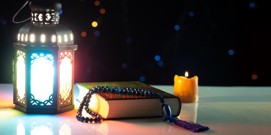 Коран, чётки, светильник и свеча