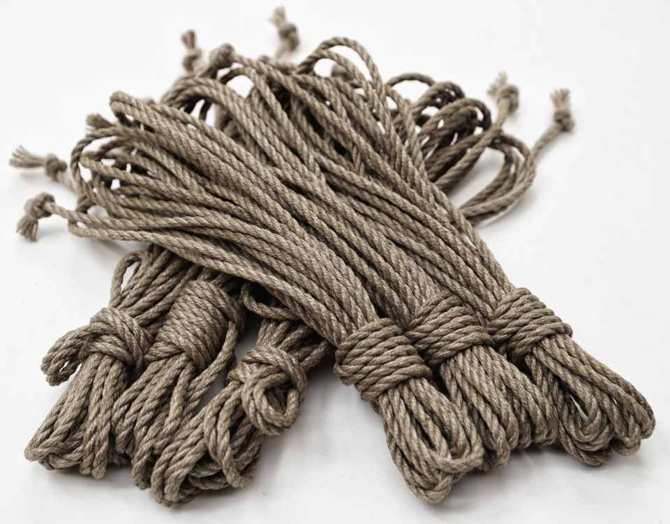 Photo des cordes de shibari de Seb Kinbaku. Disponible dans la Boutique du Shibari
