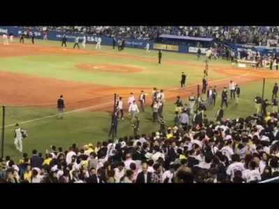 5月19日 ヤクルト対阪神 敗戦後、金本監督と香田コーチ。記者陣を寄せ付けず二人の世界。