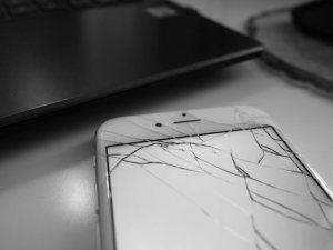 ガラスが割れたiPhone