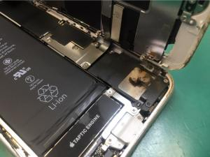 iPhone8のスピーカーに磁力で鉄粉が付着