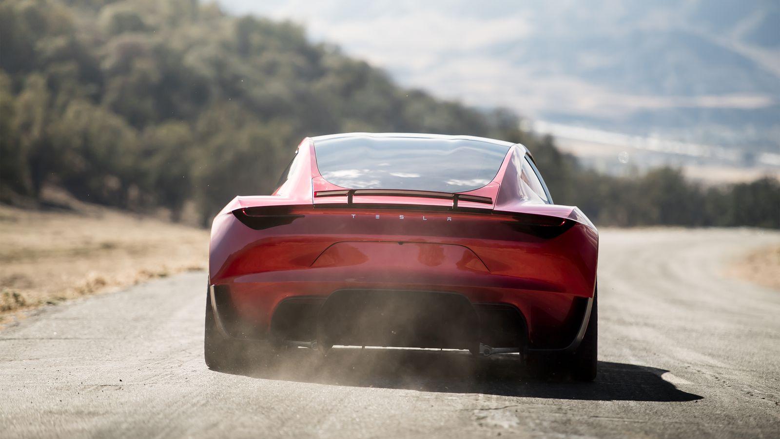 Tesla Roadster'ın arkadan görünüşü.