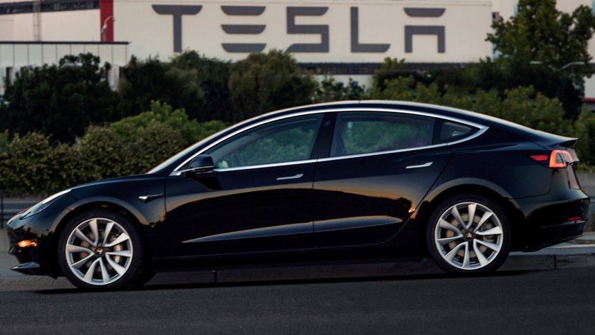 Çift motorlu Model 3'ün özellikleri ve fiyatı açıklandı