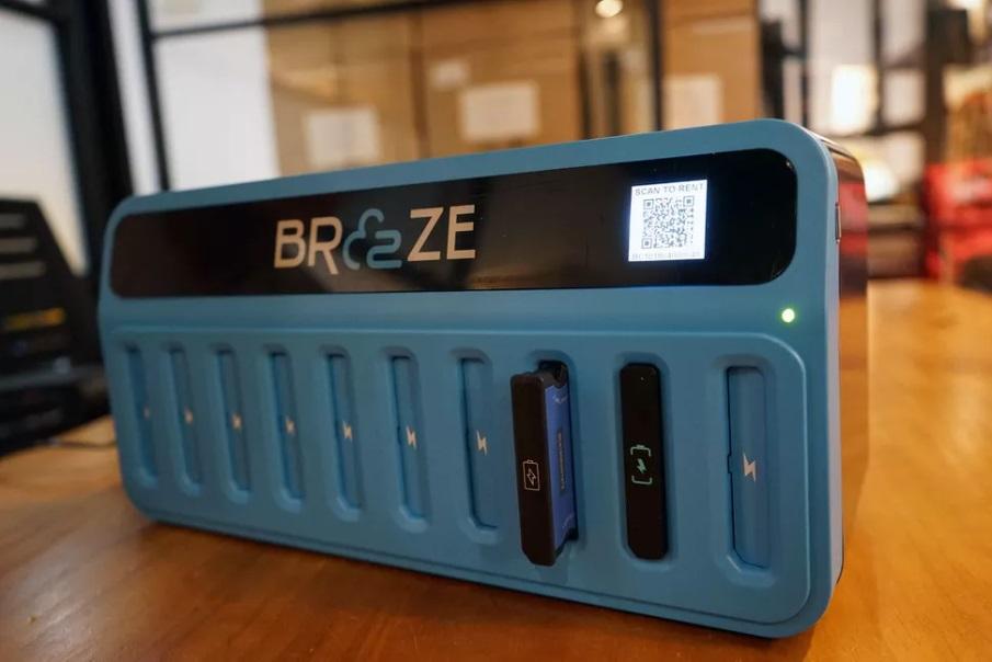 Breeze powerbank ile telefonları şarj etmeyi kolaylaştırıyor.