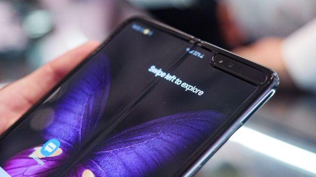 Samsung-uc-katlanabilir-ekranli-telefon-00