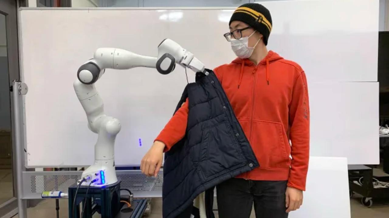 MIT giyinme robotu