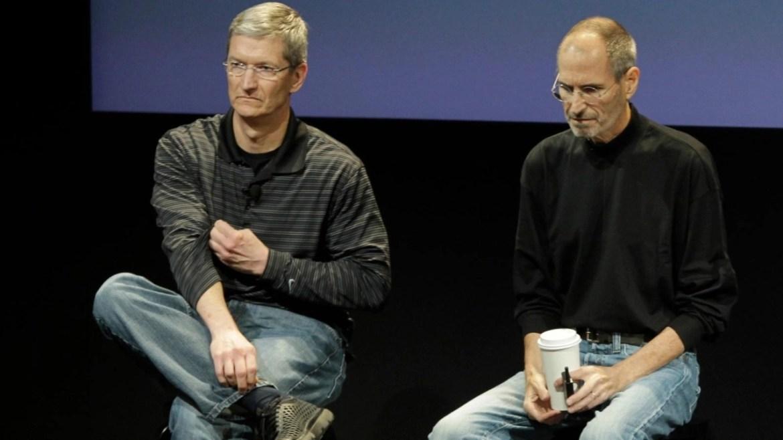 Apple CEO'su Tim Cook ve Steve Jobs
