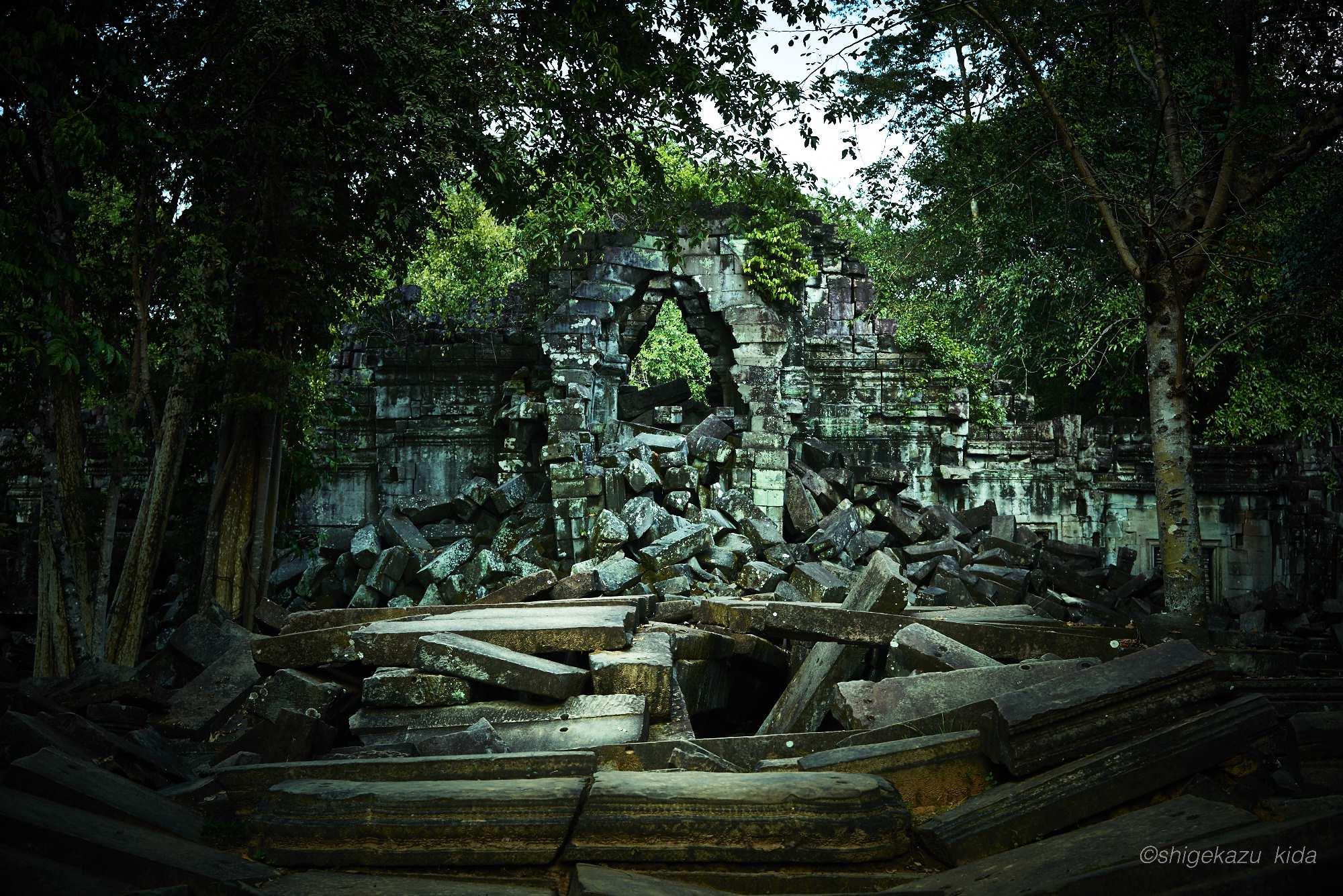 Angkor(アンコール)遺跡群にあるBengMealea(ベン・メリア)の崩壊した門