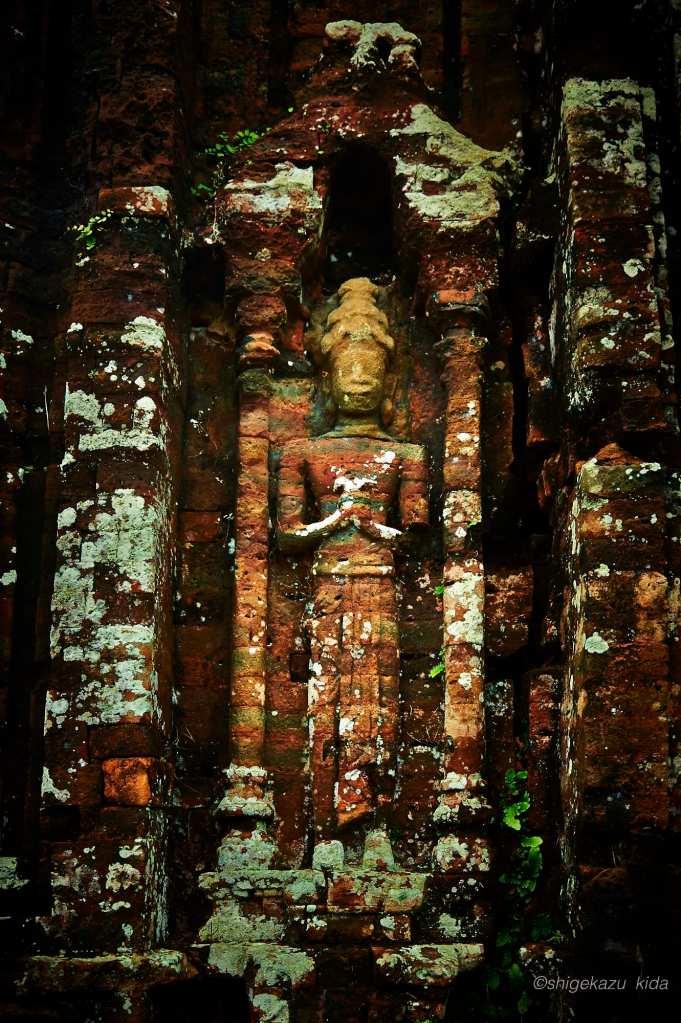 ベトナムMySonSanctuary(ミーソン遺跡)の祠堂のレリーフの石像