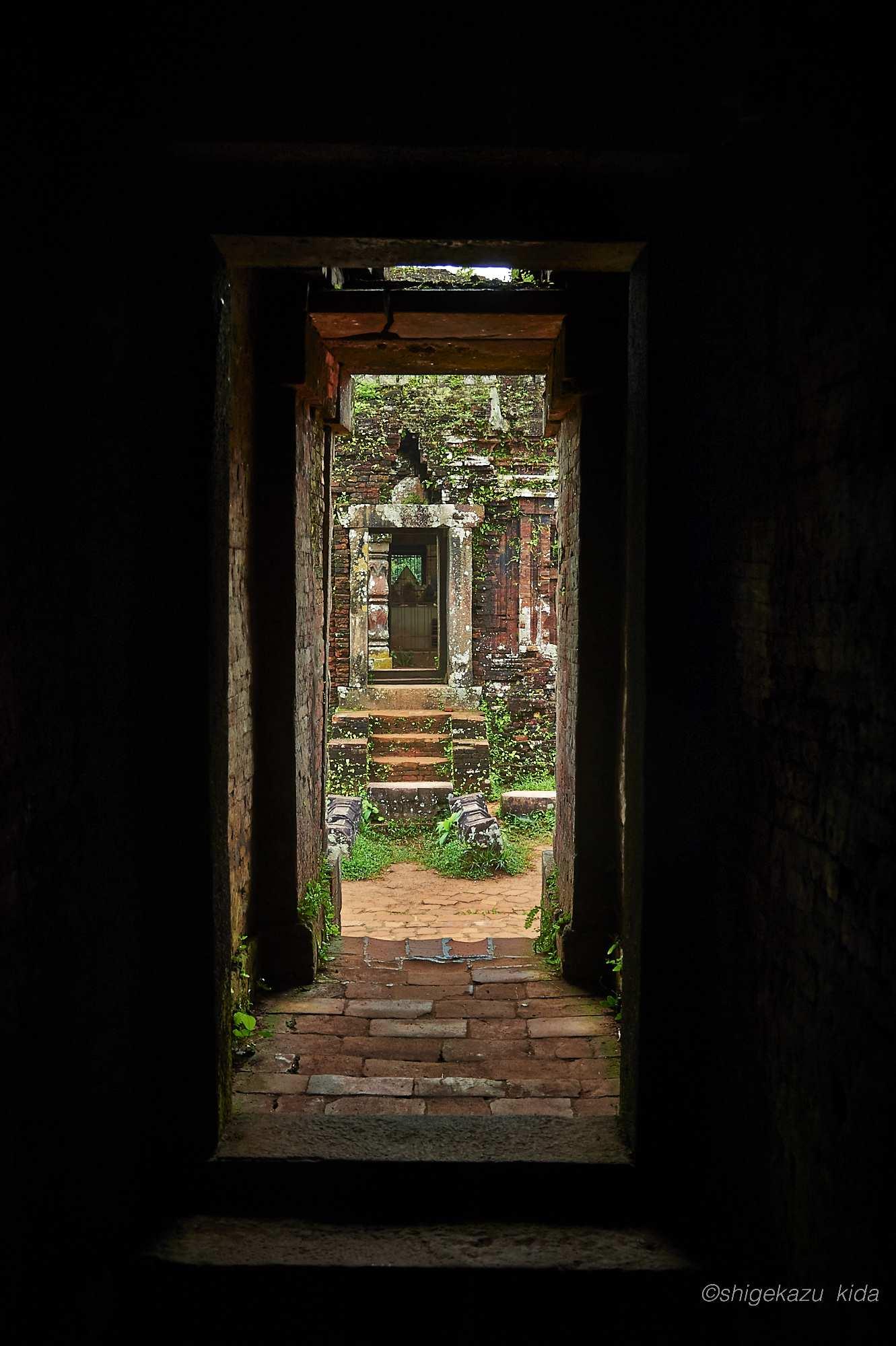 ベトナムMySonSanctuary(ミーソン遺跡)の祠堂内部より外