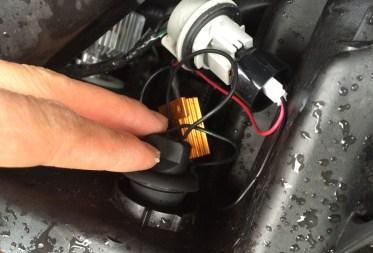 バルブ本体はゴムキャップタイプなので、押し込んで装着します。