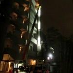 南青山にあるテナントビルの袖看板の蛍光灯交換と文字シート貼り